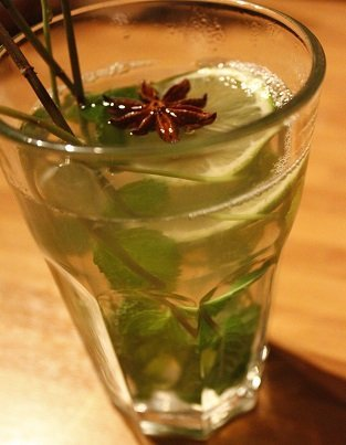 Warme frisse winterdrank met limoen, munt en steranijs