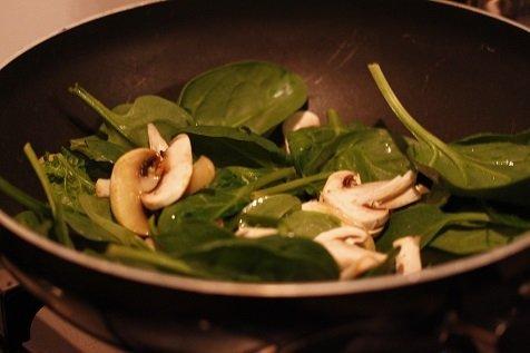 Wokken van spinazie en champignons