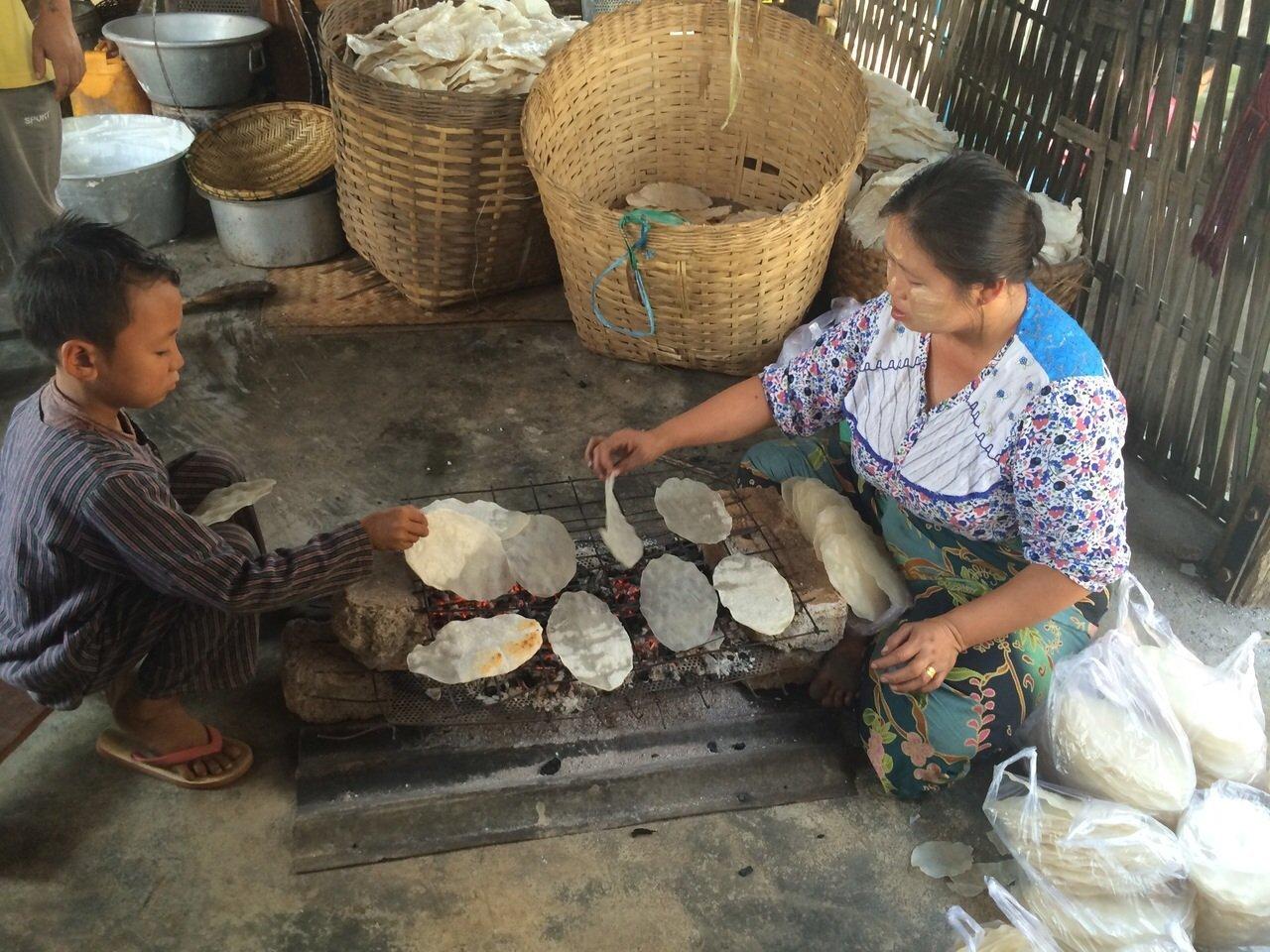 Rijstcrackers bakken Eten in Inle Lake Myanmar