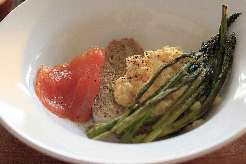 paasrecepten inspiratie ontbijt recept roerei met groene asperges en zalm