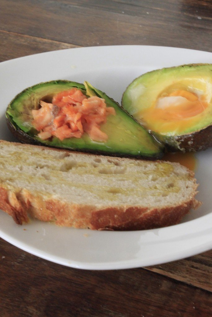 Gevulde avocado recept uit de oven met ei en zalm