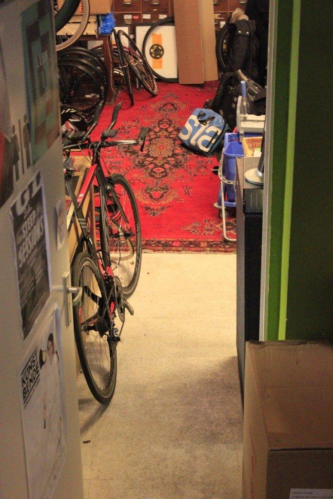 Fiets reparatie bij Lola Coffee & Bikes in Den Haag