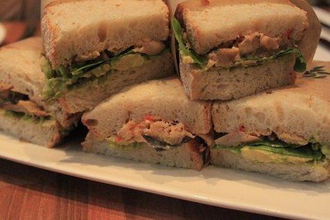 Sandwiches met vis harrisa, avocado en meer