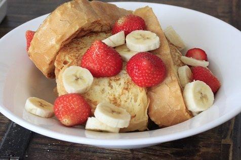 Wentelteefjes van turks brood met aardbeien en banaan recept
