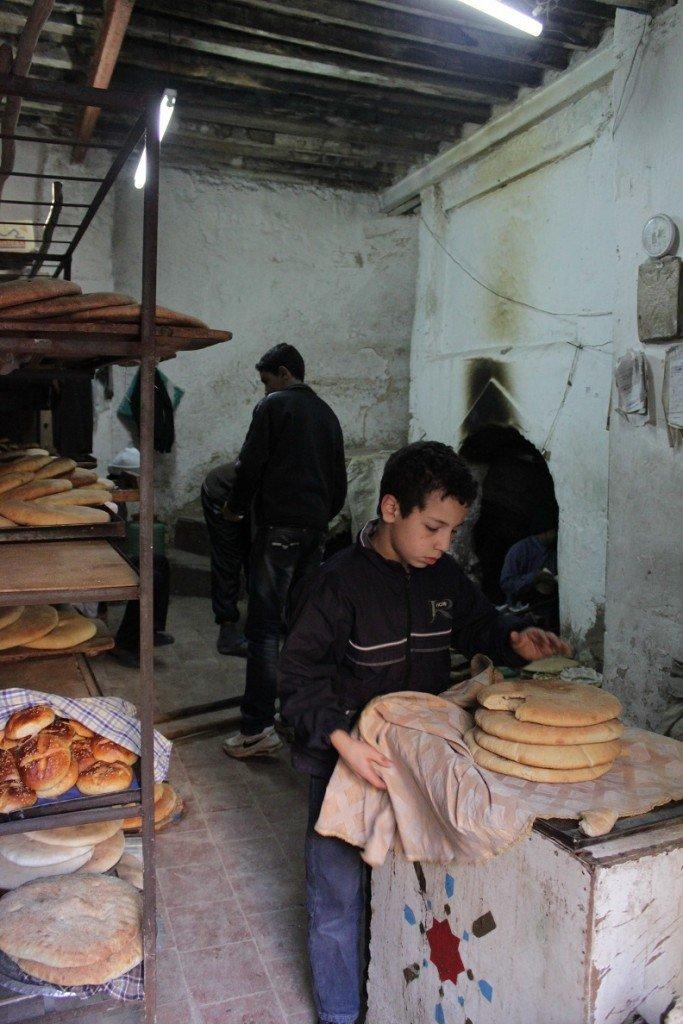 Verse brood en Marrokaanse koekjes bij de bakker in Essouira Foodblog Foodinista