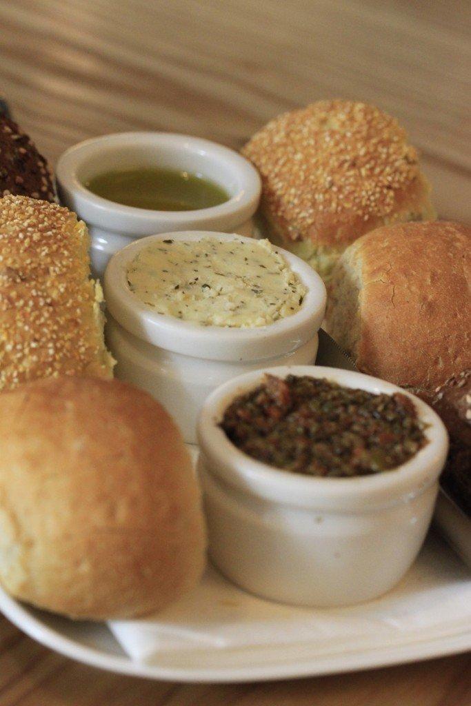 Brood vooraf met kruidenboter, tapenade, olijfolie bij Restaurant opporto rotterdam restaurant tip foodblog Foodinsita