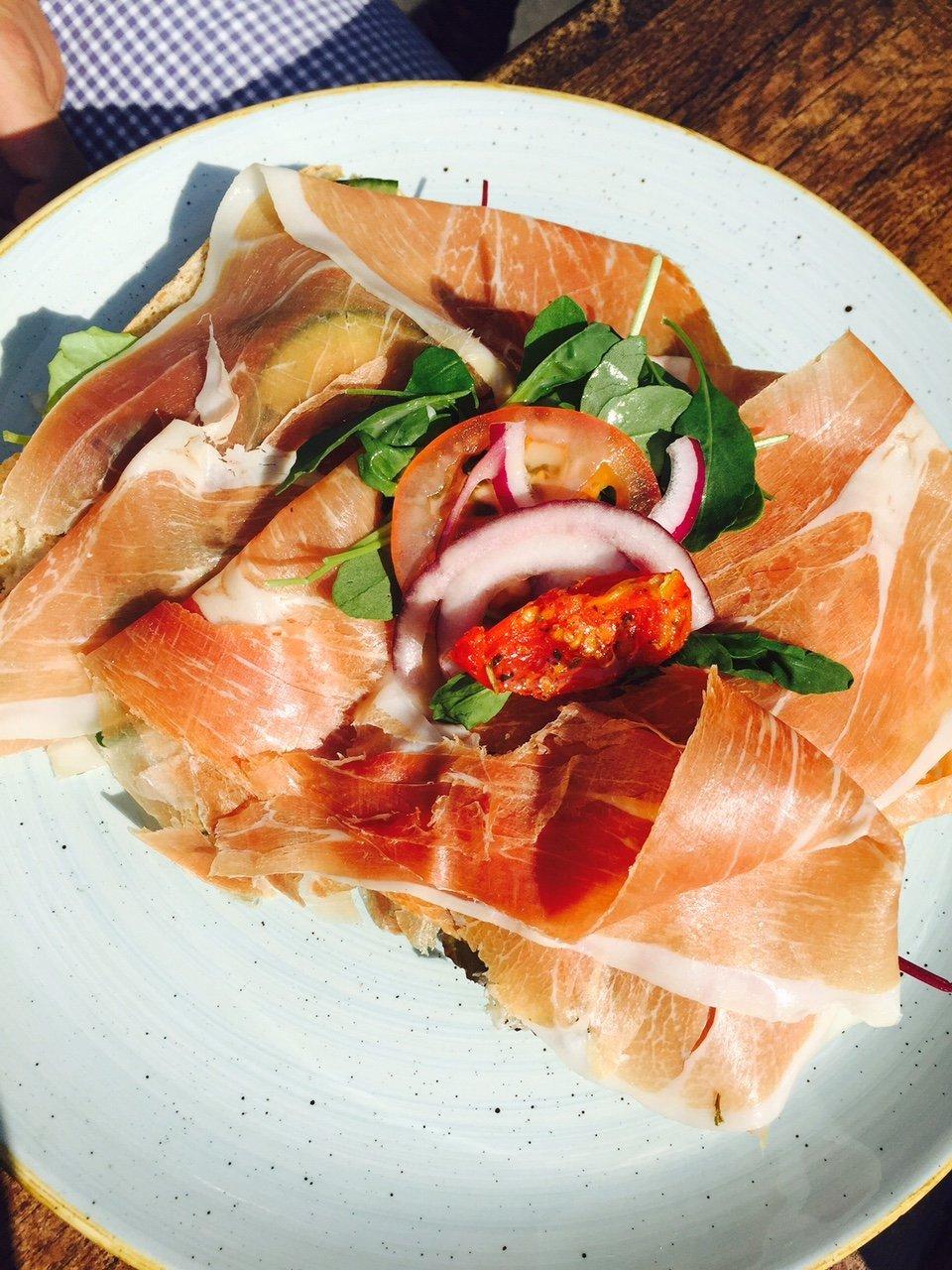 Broodje serranoham lunch Waalwijk Brabant foodblogger Foodinista