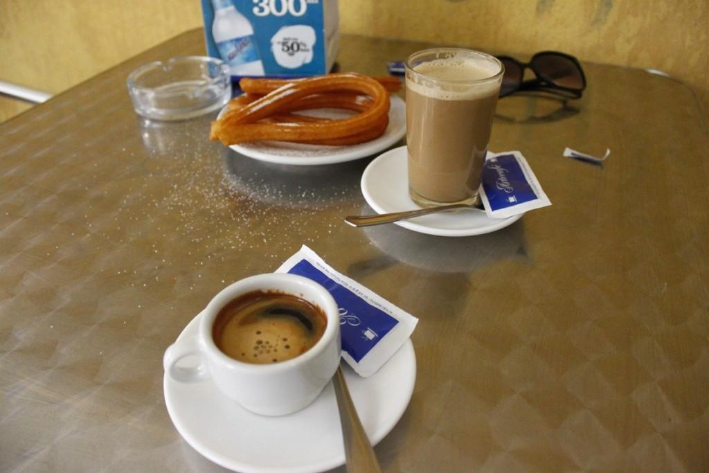 Ontbijt in Spanje met cafe con leche en churros vakantie food cravings foodblog Foodinista foodtravel