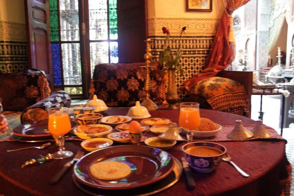 Uitgebreid ontbijten in onze Riad in Fez Marokko Foodblog Foodinista