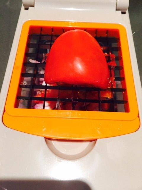 Tomaten hakken in de multiple chopper foodblog Foodinista shoptip