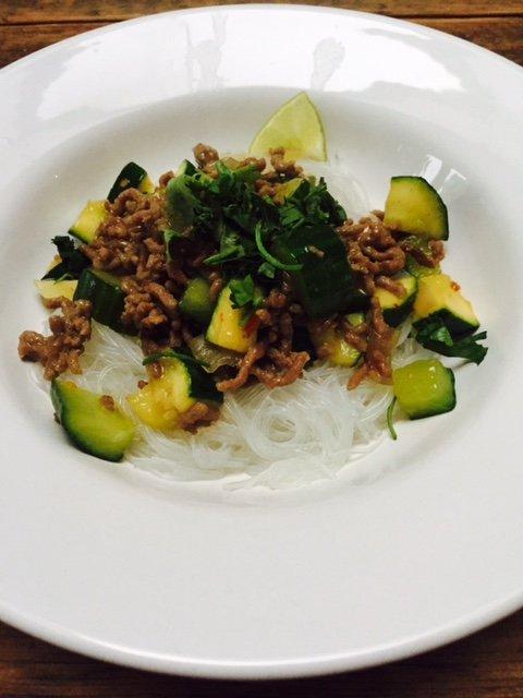 noedelsalade met zoet gehakt en wok groente foodblog Foodinista recept