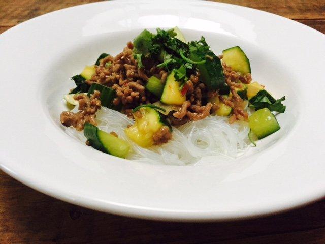 noedelsalade met zoet gehakt recept foodblog Foodinista