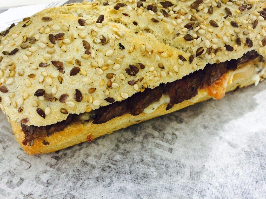 Broodje Farmer's Surprise broodje met biefstuk Lekkerste Broodje on the move