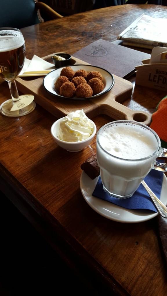 Warme chocolademelk, bitterballen en speciaalbiertje café Anvers Tilburg