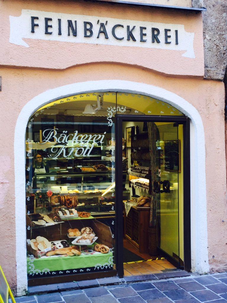 Keuterige straatjes van Innsbruck met kleine winkeltjes