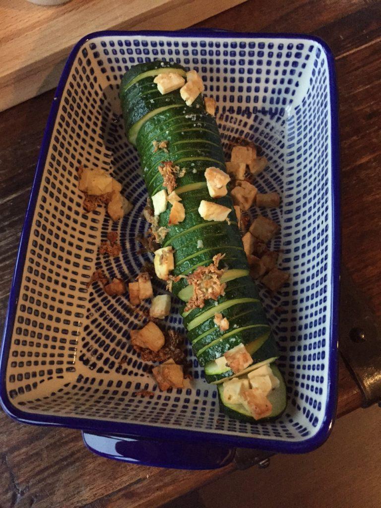 Hasselback courgette recept met feta en knoflook receptblog foodinista