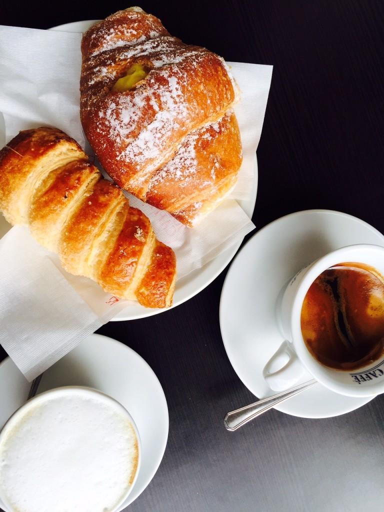 Ontbijten met koffie en zoete broodjes cornetto in toscane Italië