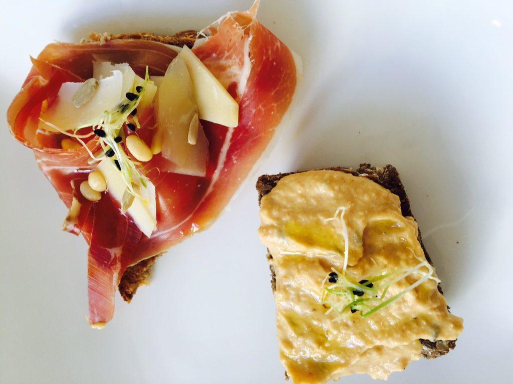 Lunchen in maastricht tussen de kunst bij Kunstlokaal Maastricht tips van Foodblog Foodinista huisgebakken brood met humus en Italiaanse ham truffel