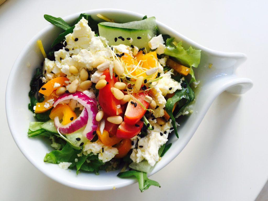 Lunchen in maastricht tussen de kunst bij Kunstlokaal Maastricht tips van Foodblog Foodinista huisgebakken salade met feta