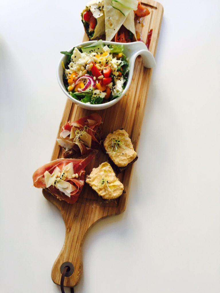 Lunchen in maastricht tussen de kunst bij Kunstlokaal Maastricht tips van Foodblog Foodinista Lunch lekkernijen plank