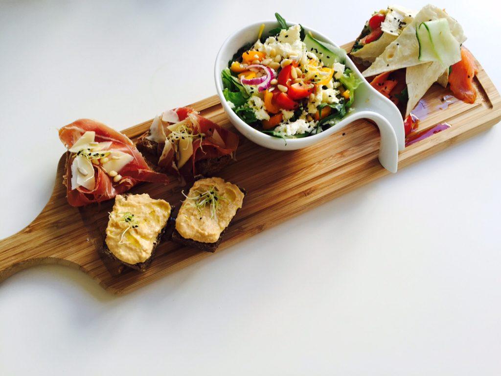 Plank met lunch lekkernijen bij Het kunstlokaal