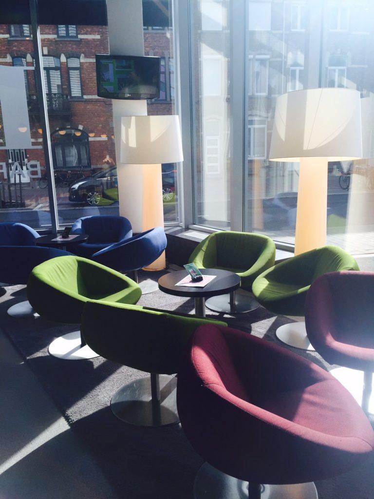Overnachten in Leuven bij Park Inn by Radisson SAS ontspannen stoelen bij de bar