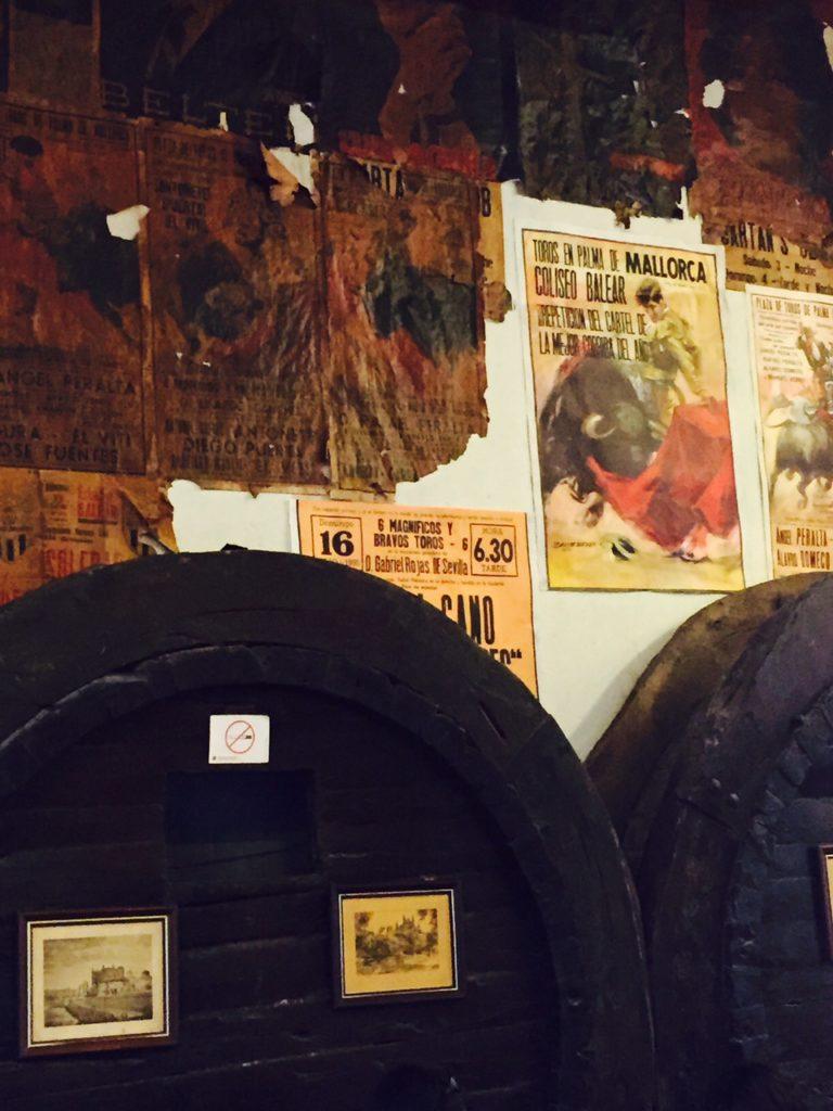 Tips op Mallorca Eten bij Cellar Sa Prema in Palma tussen de wijnvaten en posters van stierengevechten