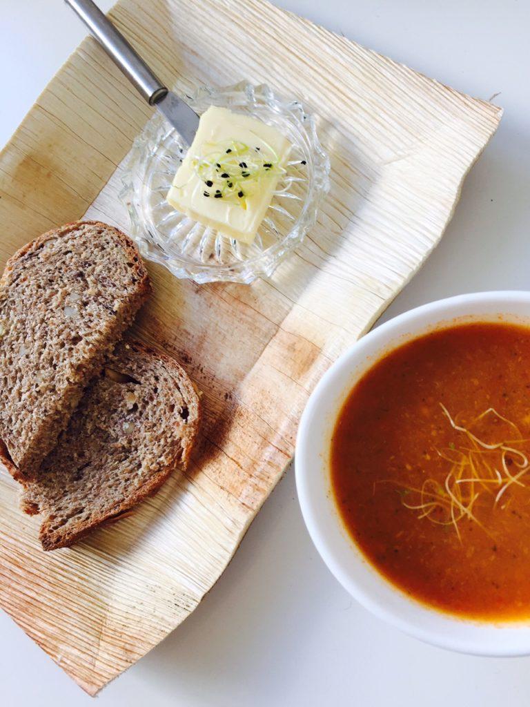 Lunchen in maastricht tussen de kunst bij Kunstlokaal Maastricht tips van Foodblog Foodinista verse paprika wortelsoep en huisgebakken brood