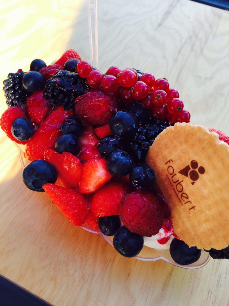 Rode vruchten ijscoupe