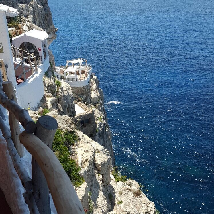 Hotspot op Menorca Cova d'en Xoroi tips van Foodblog Foodinista
