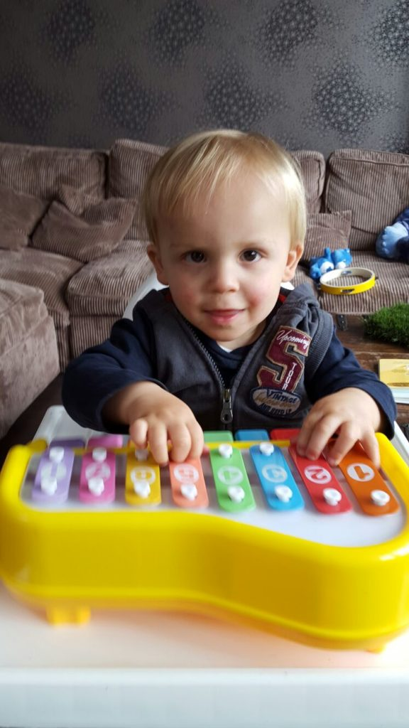 Spelen op de piano kinderspeelgoed