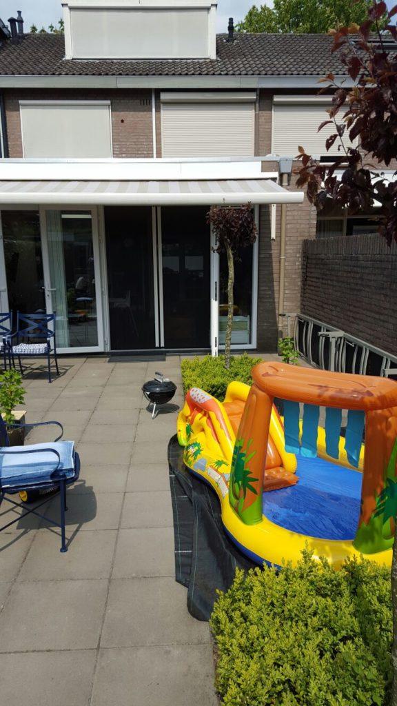 Zwembad in de achtertuin zomerse lentedag