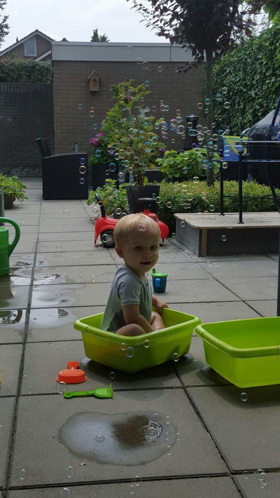 De tuin in met je kids spelen met water