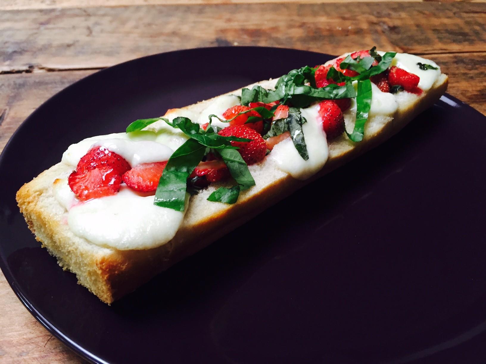 aardbeien caprese broodje recept foodblog Foodinista