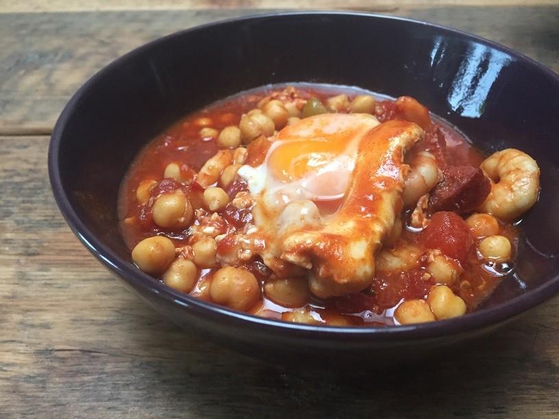 Chorizostoofschotel met gestoofde eieren recept foodblog Foodinista