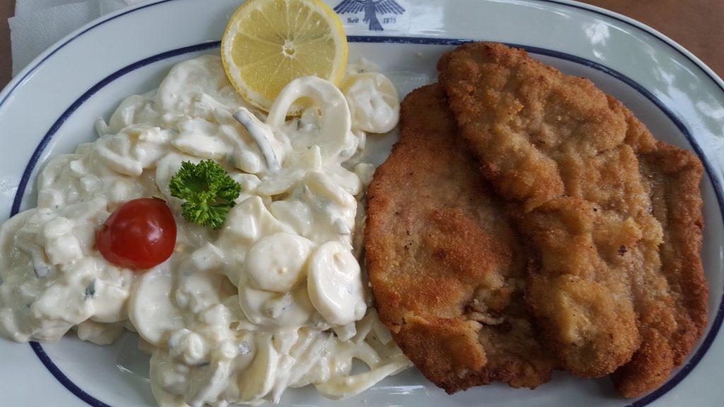 Schnitzel met aardappelsalade foodie in Dusseldorf