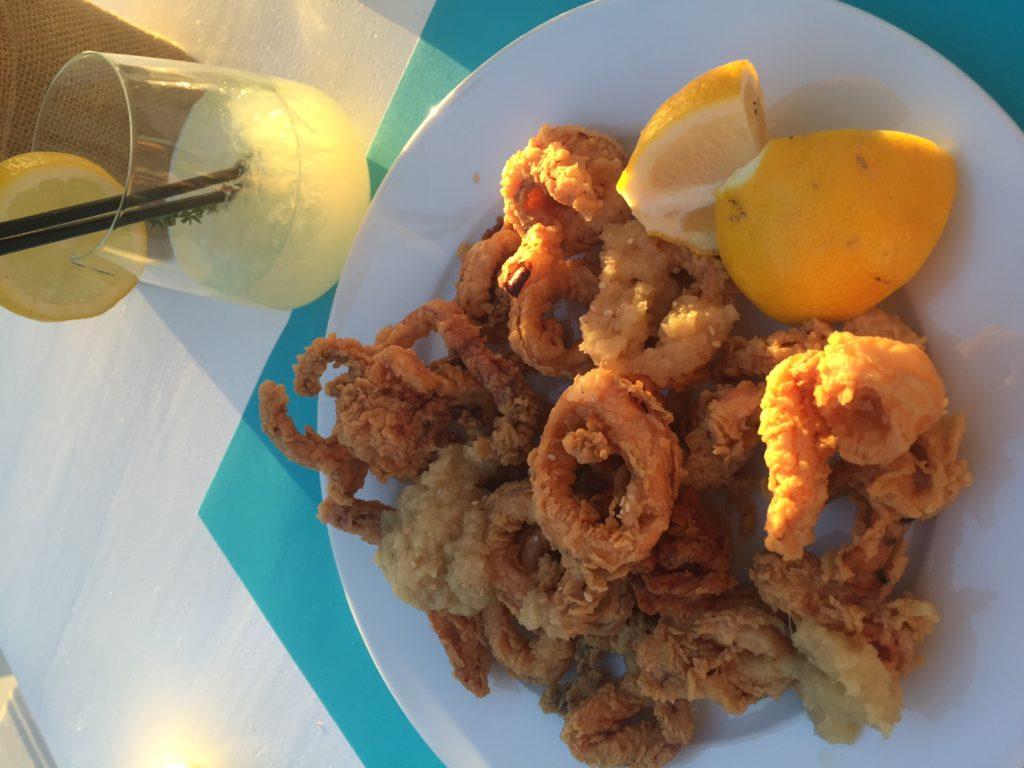 Calamaris op het strand in Naxos foodblog Foodinista