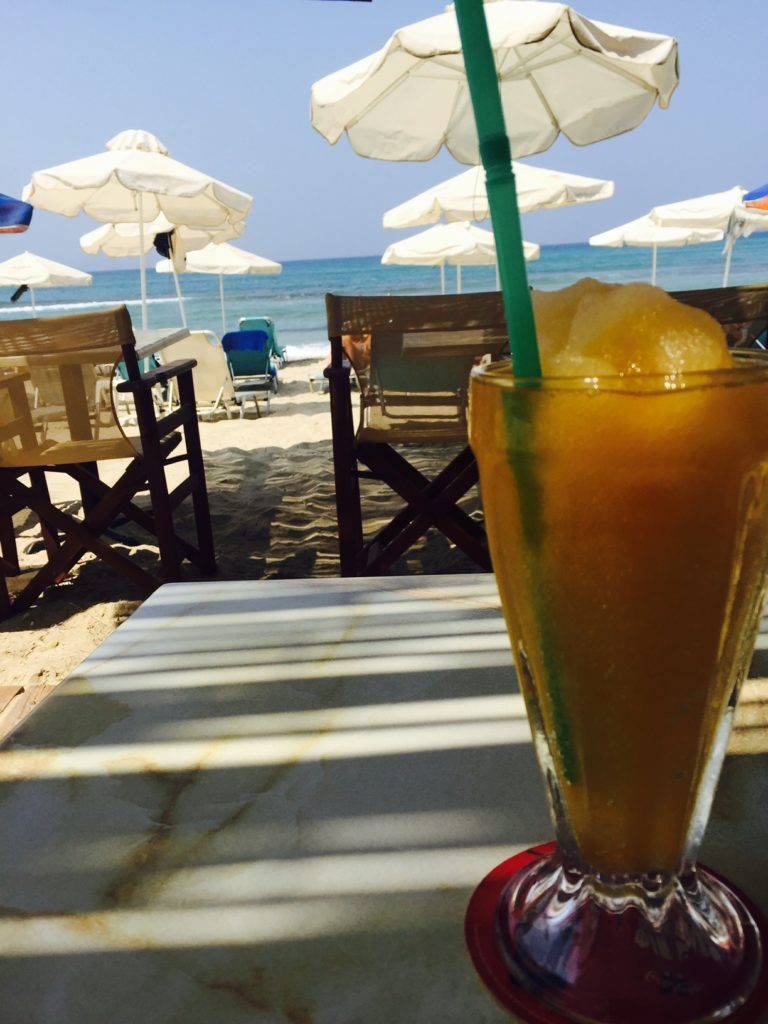 Mango frozen limonade op het strand Chora beach foodie in Naxos Foodblog foodinista
