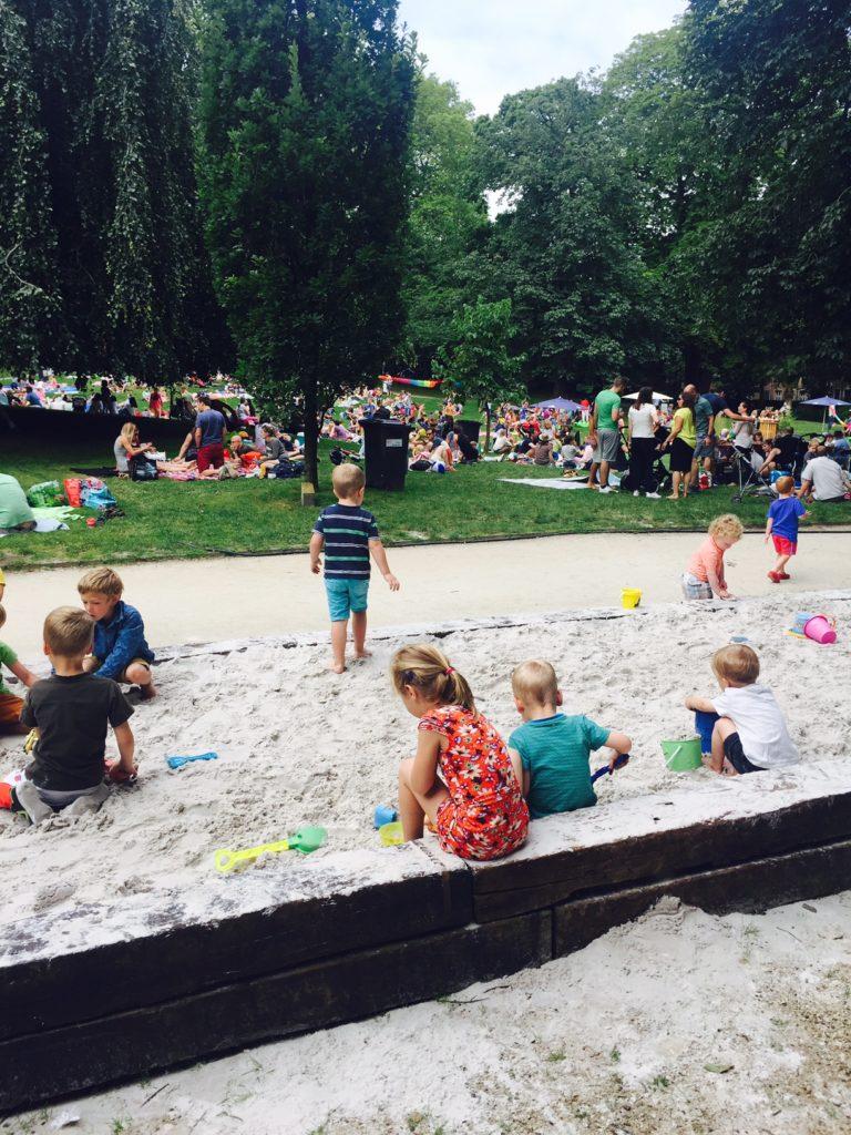 Spelen in het park tijdens Picknick in het park Hapje tapje Festival Leuven
