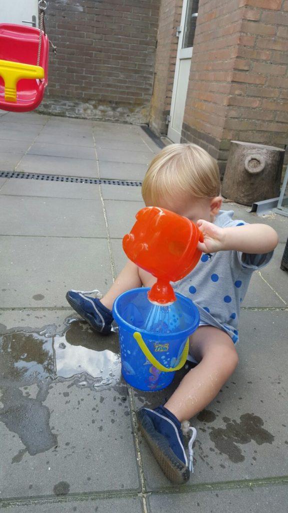 spelen met water kindje thuis mama blogt foodinista