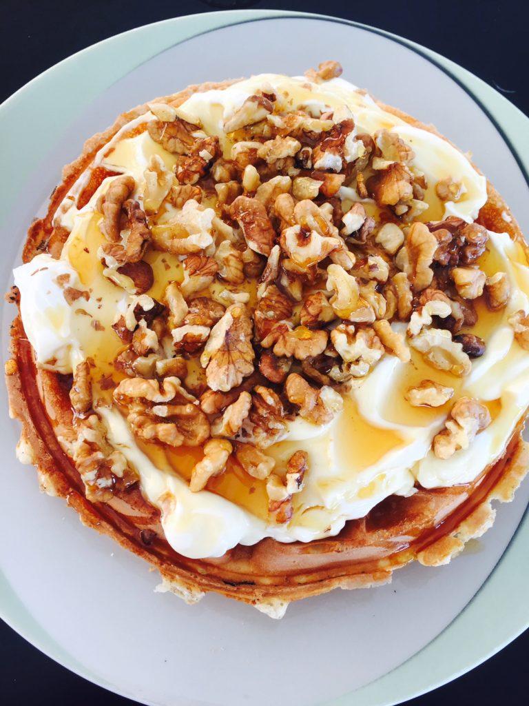 Wafel met Griekse yoghurt noten en honing foodie in Naxos foodblog Foodinista