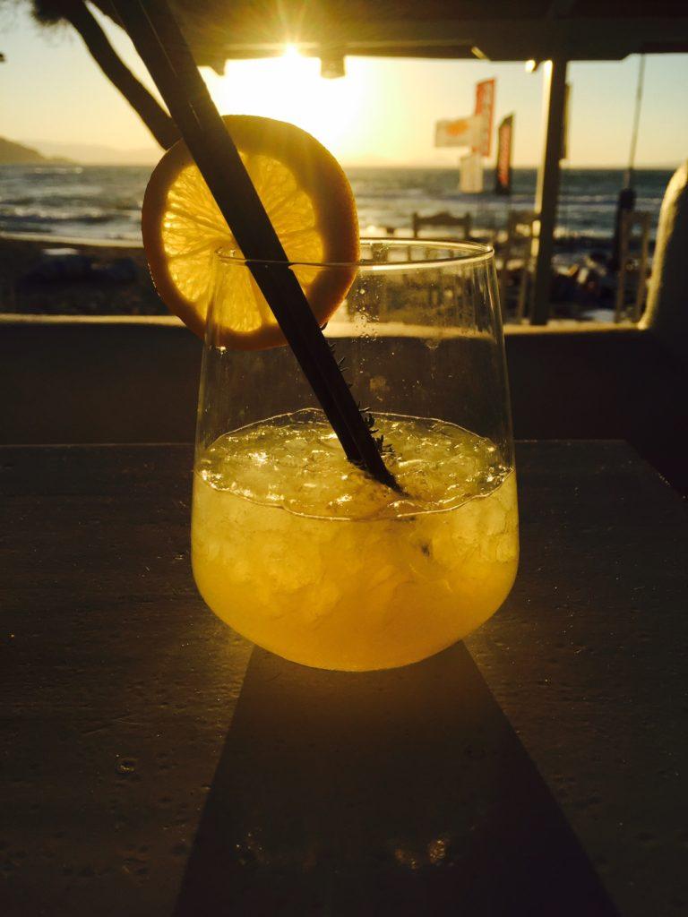 Zonsondergang met Gin Tonic cocktail op het strand foodblog Foodinista