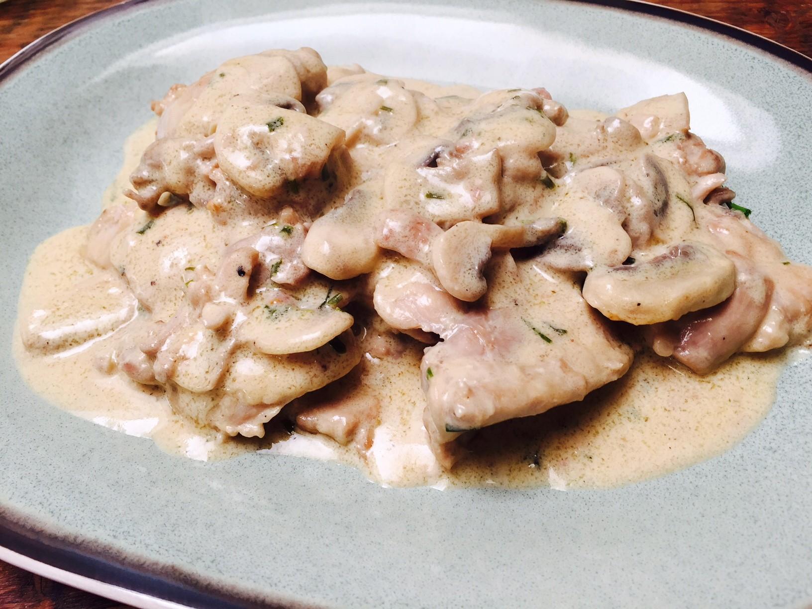Stoofschotel kip in witte wijn saus met champignons recept van foodblog Foodinista