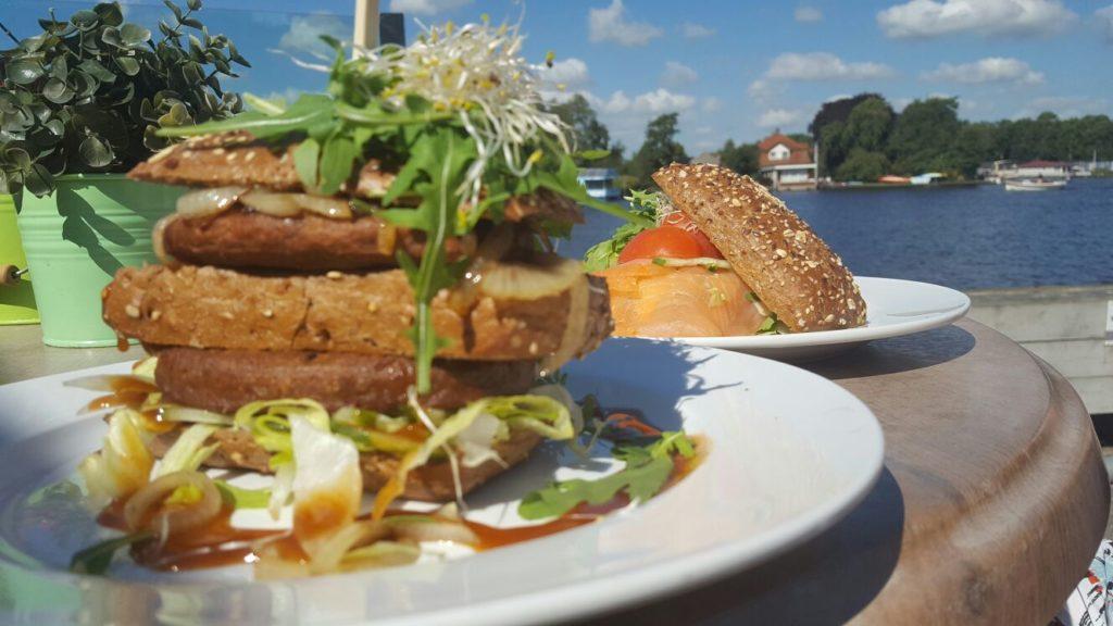 Lunchen aan het water in Friesland in de Alde Feanen foodblog Friesland