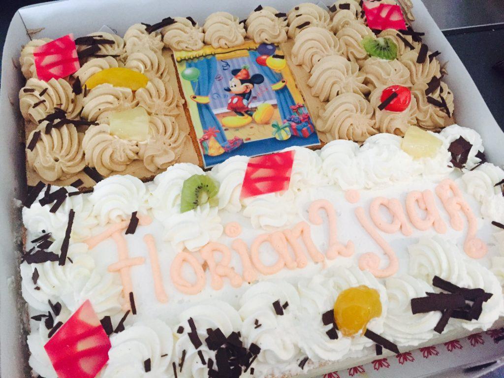 Grote taart op zondag voor de verjaardag