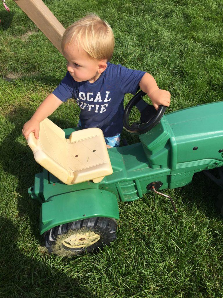Spelen met de tractor bij de ijsboerderij Alde Feanen foodblog Foodinista