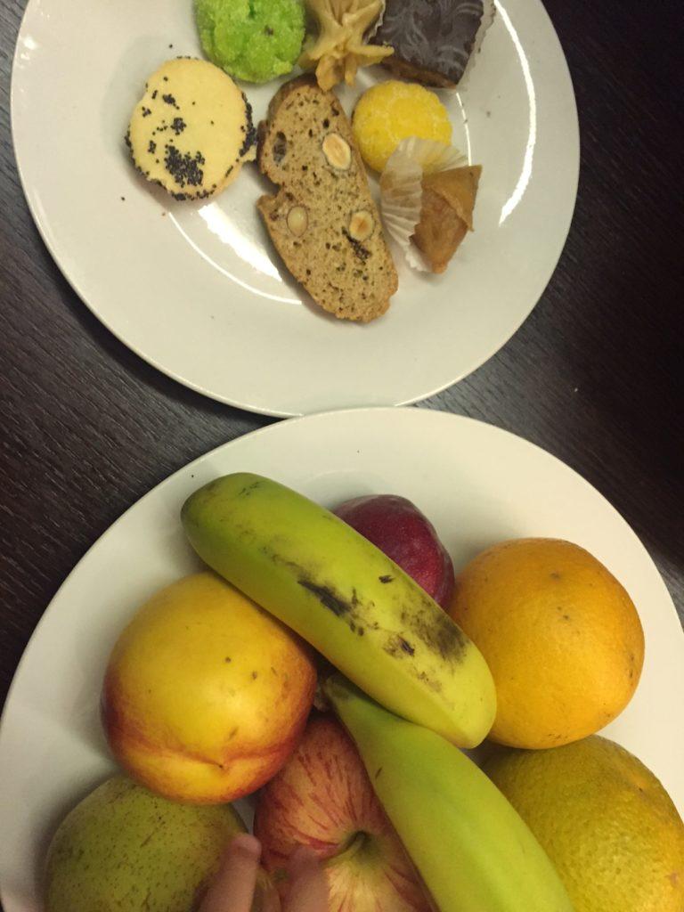 Vers fruit en koekjes in de suite kenzi club Agdal foodblog Foodinista