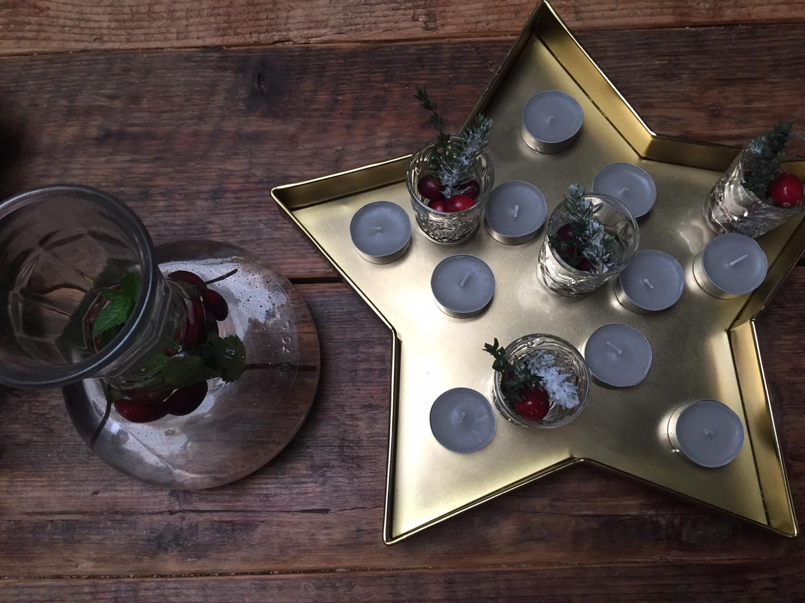 Kaarsenplateau en water karaf kersttafel styling inspiratie