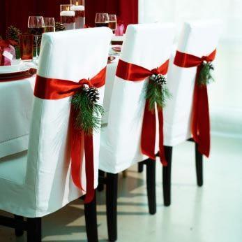 Versier stoelen in kerstsfeer