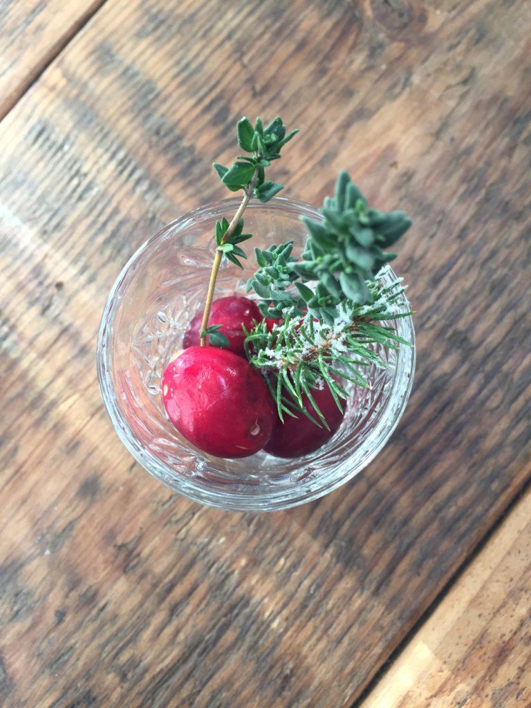 Gevulde borrelglaasjes met dennenboomtakjes, tijm en cranberry kersttafel dekken foodblog foodinista